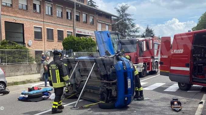 Uomo intrappolato nell'auto messo in salvo dai Vigili del fuoco di Asti