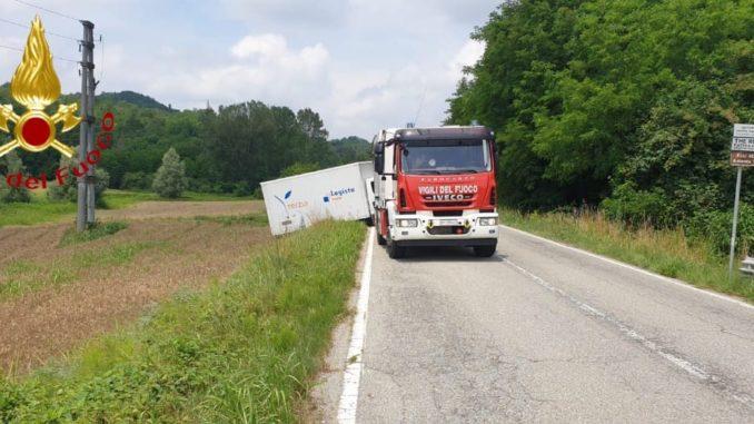 Furgone fuori strada alle porte dell'abitato: intervengono i pompieri da Asti