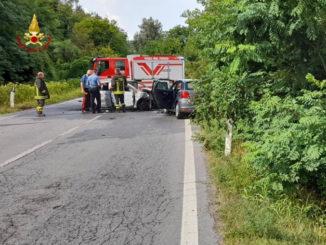 Auto in fiamme in seguito ad uno scontro sulla Fondovalle a Carrù: due feriti ed un morto
