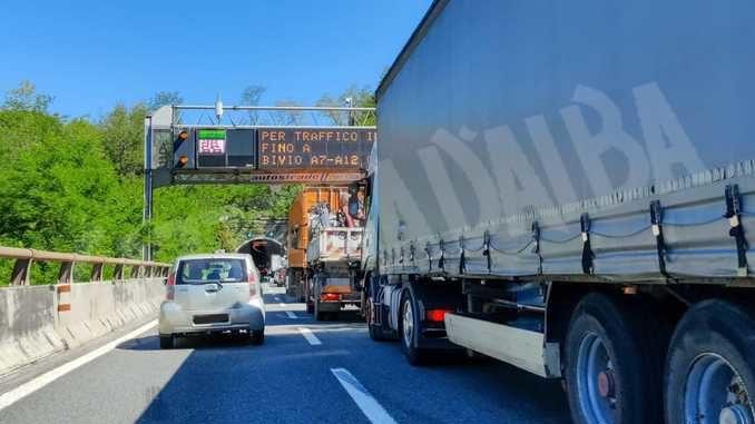 Caos sulle autostrade liguri, camionisti cuneesi esasperati chiedono rispetto