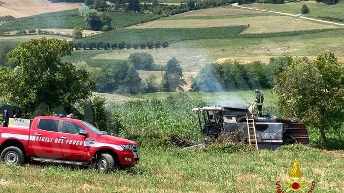 In fiamme una mietitrebbia a Moncucco: illeso il conducente del mezzo