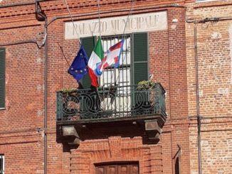 Bandiere a mezz'asta a Sommariva del Bosco per la morte del piccolo Samuele