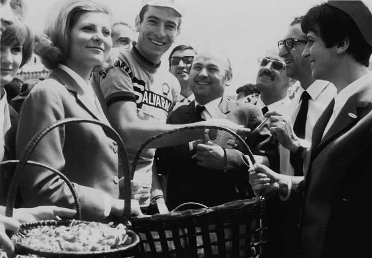 Gallina con Gimondi nel 1968 quando il giro d'italia arrivò per la prima volta ad Alba