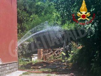 Legnaia in fiamme, l'intervento dei Vigili del fuoco evita danni all'abitazione