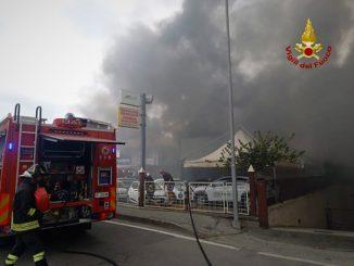 Maestoso incendio alla concessionaria Automobili Massimino di Savigliano