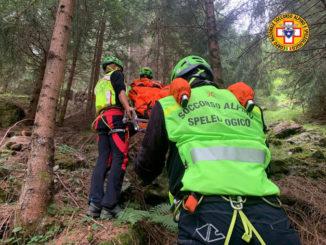 """Complicato recupero di una escursionista ferita nella riserva dei """"Ciciu del Villar"""" nel comune di Villar San Costanzo"""