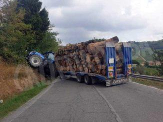 Trattore finisce fuori strada a Costigliole: chiusa la provinciale per Nizza Monferrato