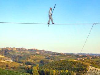 Il funambolo Andrea Loreni ha camminato sulle vigne di Ceretto 1