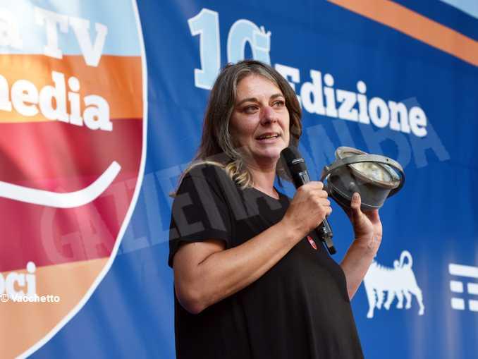 Cecilia Strad con una bussola trovata su uno scafo di migranti