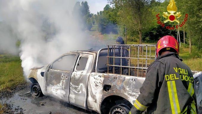 Portacomaro, intervento dei pompieri per spegnere un pick-up