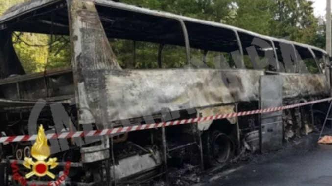 A fuoco un pullman al Colle di Nava: illesi tutti gli occupanti del mezzo
