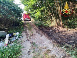 I pompieri recuperano una bombola di acetilene in frazione San Marzanotto
