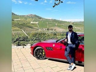 Tomás Rincón dopo la vittoria granata sul Sassuolo, si rilassa tra i vigneti del Barolo a bordo della sua Ferrari rosso fiammante