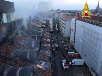 Incendio in centro a Torino, in fiamme le mansarde di un palazzo