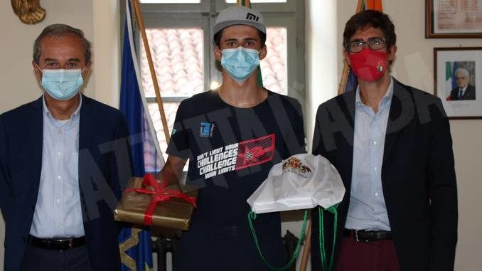 Il vicecampione italiano di windsurf Elia Brizio premiato in Municipio a Bra