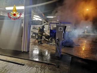 Intervento per un furgone in fiamme in un autolavaggio a Montà
