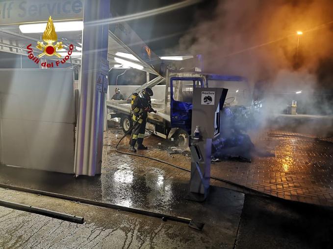 incendio furgone autolavaggio Montà d'Alba