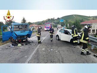 Scontro fra auto e furgone alle porte di Canale: 2 feriti gravi