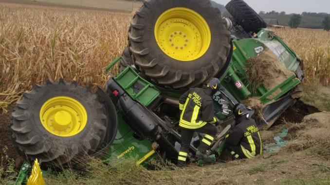 Sbanda col trattore e si ribalta: intervengono i Vigili del fuoco di Asti
