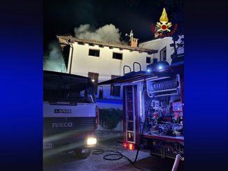 Fiamme nella notte al tetto di una palazzina nel comune di Dogliani