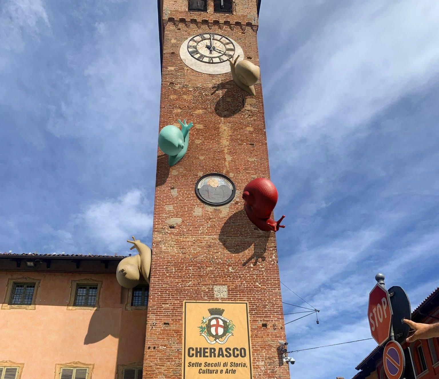Le chiocciole di Cracking Art sulla torre quattrocentesca di Cherasco (002)