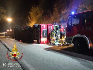 Si rovescia un Tir carico di carbone: ferito l'autista, soccorso dai pompieri