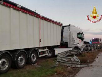 Camion contro il guard-rail della Bovesana: illeso il conducente